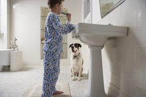 Für die Höhe eines Waschbeckens gibt es Normen, von denen Sie mitunter jedoch abweichen können.