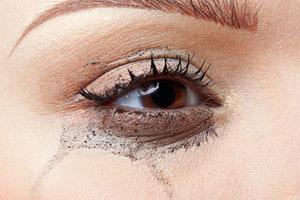 Verschmiert die Wimperntusche, kann es an Ihrer Haut liegen.
