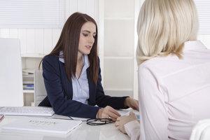 Notar gibt über mögliche Vorteile einer Grundschuldübernahme Auskunft.
