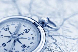 Kompass-Tätowierungen sind sehr beliebt bei beiden Geschlechtern.