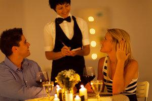 Keine Erotik ohne Vorspiel: Ein schickes Dinner liefert die Basis für knisternde Erotik.