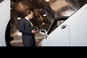 Neuwagenkauf im Ausland - gewerblicher Händler berechnet Mehrwertsteuer