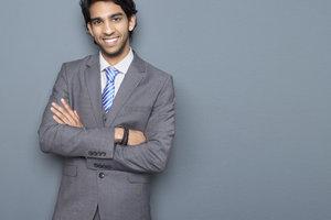 Anzug und Krawatte sind die typische Geschäftskleidung für den Mann.