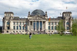 Die Parteinamen in Deutschland geben meistens bereits Aufschluss über die politische Ausrichtung der Partei.