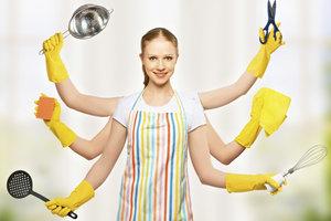 Eine Hausfrau beherrscht das Multitasking.