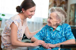 Berufe in der Altenpflege können mit dem Sozialassistenten erlernt werden.