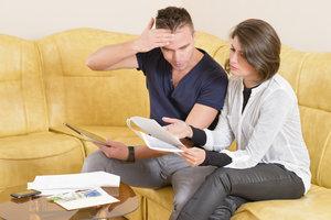 Nach der Heirat sollte man Versicherungen prüfen und Doppelpolicen auflösen.