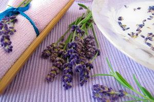 Lavendel als Badezusatz wirkt ausgleichend.