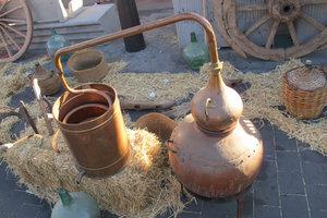 Alkohol und Wasser trennt man durchs Destillieren.