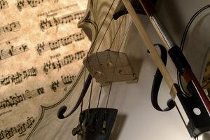 Eine Partitur hält komplexe Musikstücke in Schriftform fest.