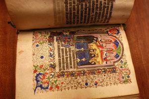 Die mittelhochdeutsche Literatur ist teilweise in reich geschmückten Handschriften überliefert.