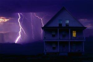 Die Blitzschutz-Versicherung reguliert auch Überspannungsschäden.