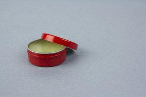 Eine kleine Dose mit Lippenbalsam ist schnell selber gemacht.