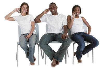 Für Telefonate mit Freunden die günstigsten Handytarife nutzen.