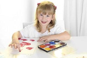 Malen mit den Fingern macht Kindern besonders viel Spaß.