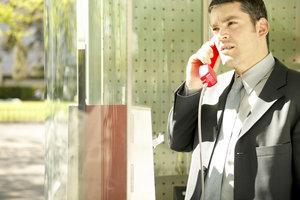 In öffentlichen Telefonzellen können Sie nicht nur telefonieren. Auch der SMS-Versand ist möglich.