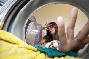 Einige Tricks helfen, wenn Kleidung auch nach der Wäsche übel riecht.