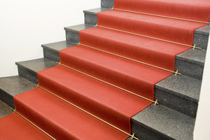 Hier geben Führungsschienen dem Teppich Halt und erlauben eine einfache Entfernung des Belags.