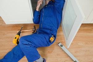 Hausmeister kann angestellt oder selbstständig sein.