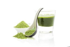 Spirulina ist reich an Chlorophyll und Betacarotin.