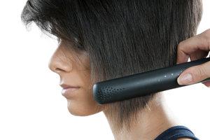 Auch kurze Haare können mit einigen Hilfsmitteln geglättet werden.