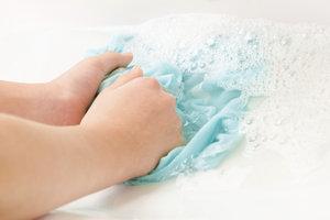 Empfindliche Kleidungsstücke aus Baumwolle können Sie von Hand waschen.