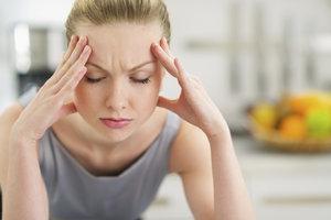 Stress kann Kopfschmerzen verursachen.