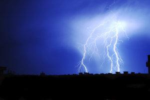 Bei einem Gewitter kann es zu einem Stromausfall kommen.