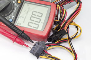 Im Multimeter ist ein Voltmeter integriert.