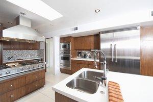 Eine Dunstabzugshaube gegen Küchengerüche anbringen
