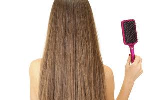 Eine Haarbürste kann erheblich zu einem gesunden Haarwachstum beitragen.