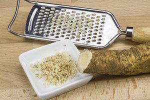 Geschälten Meerrettich können Sie mit einer Küchenreibe zerkleinern.
