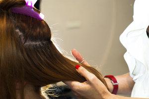 Haare können auf verschiedene Weise künstlich verlängert werden.
