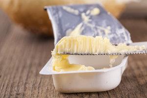 Margarine ist ein guter Ersatz für Speiseöl.