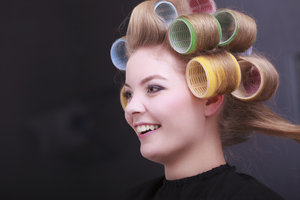Thermo-Lockenwickler werden in das trockene Haar gewickelt.