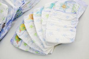Benutzte Windeln können Sie in einem modernen Windeleimer geruchsfrei entsorgen.