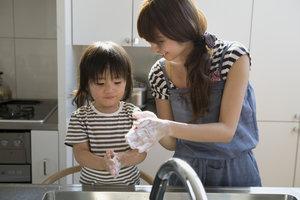 Beim Händewaschen findet eine Emulgierung statt.