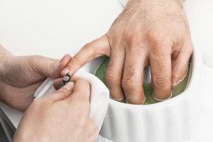 Auch ein Mann sollte schöne Hände und Nägel haben.