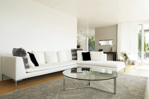 Ein Holzboden ist schön und der Teppich hält die Füße warm.