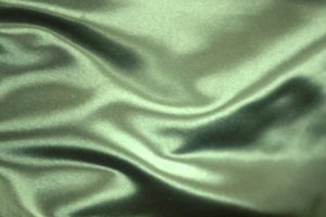 Glänzende Kleidung können Sie aus Viskose-Stoffen selbst nähen.