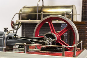 Auch mit Modelldampfmaschinen kann man auch Strom erzeugen.