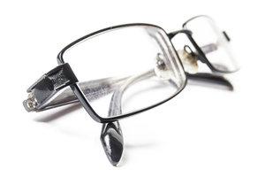 Brille und die Kontaktlinsen haben meist unterschiedliche Stärken.