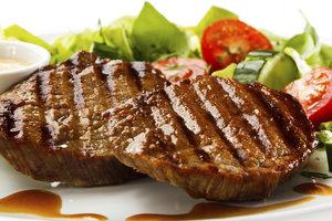 Mit dem Verzehr von Fleisch nehmen Sie Eisen und Vitamin B12 auf.