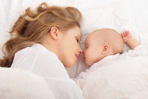 Der Zeitpunkt, wann das Baby im eigenen Zimmer schläft, sollte individuell bestimmt werden.