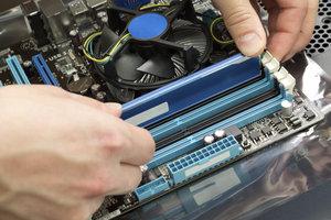 Der Hauptspeicher speichert wichtige Daten zur schnellen Erreichbarkeit zwischen.