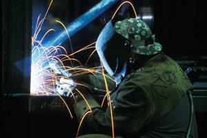 Schweißen von Edelstahl erfolgt mit Lichterbögen und Elektroden.