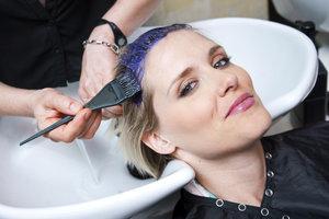 Nach einer Haarfärbung sollten Sie Ihr Haar ausreichend pflegen.