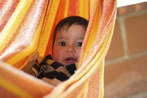 In der Tragetuch-Schaukel fühlt Baby sich wohl.