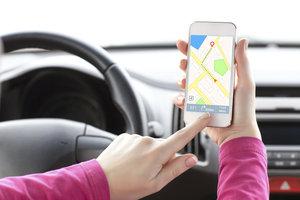 Das iPhone können Sie als mobiles Navigationssystem nutzen.