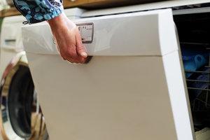 Eine Spülmaschinen-Pumpe ist ein Verschleißteil, das ersetzt werden kann.